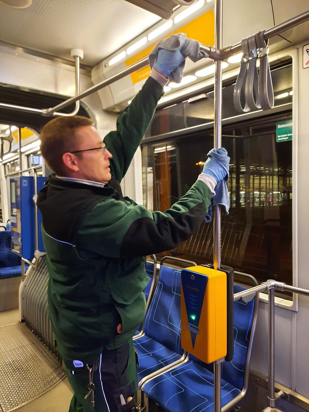 Marcel beim reinigen der Bahn