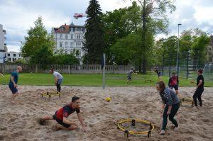 Die Spieler von Roundnet findet man häufig in Parks, an Stränden oder auf Sportplätzen.