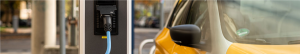 E-Auto tankt Autostrom an einer E-Ladesäule