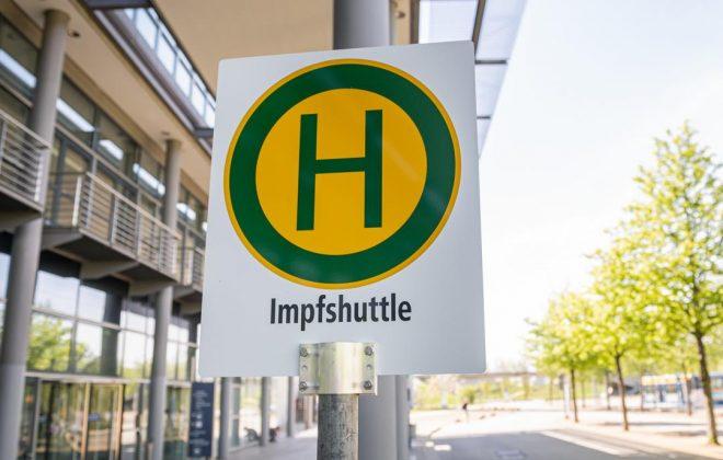 Die Haltestelle des LVB-Shuttlebusses am Impfzentrum in Halle 5 der Neuen Messe in Leipzig.